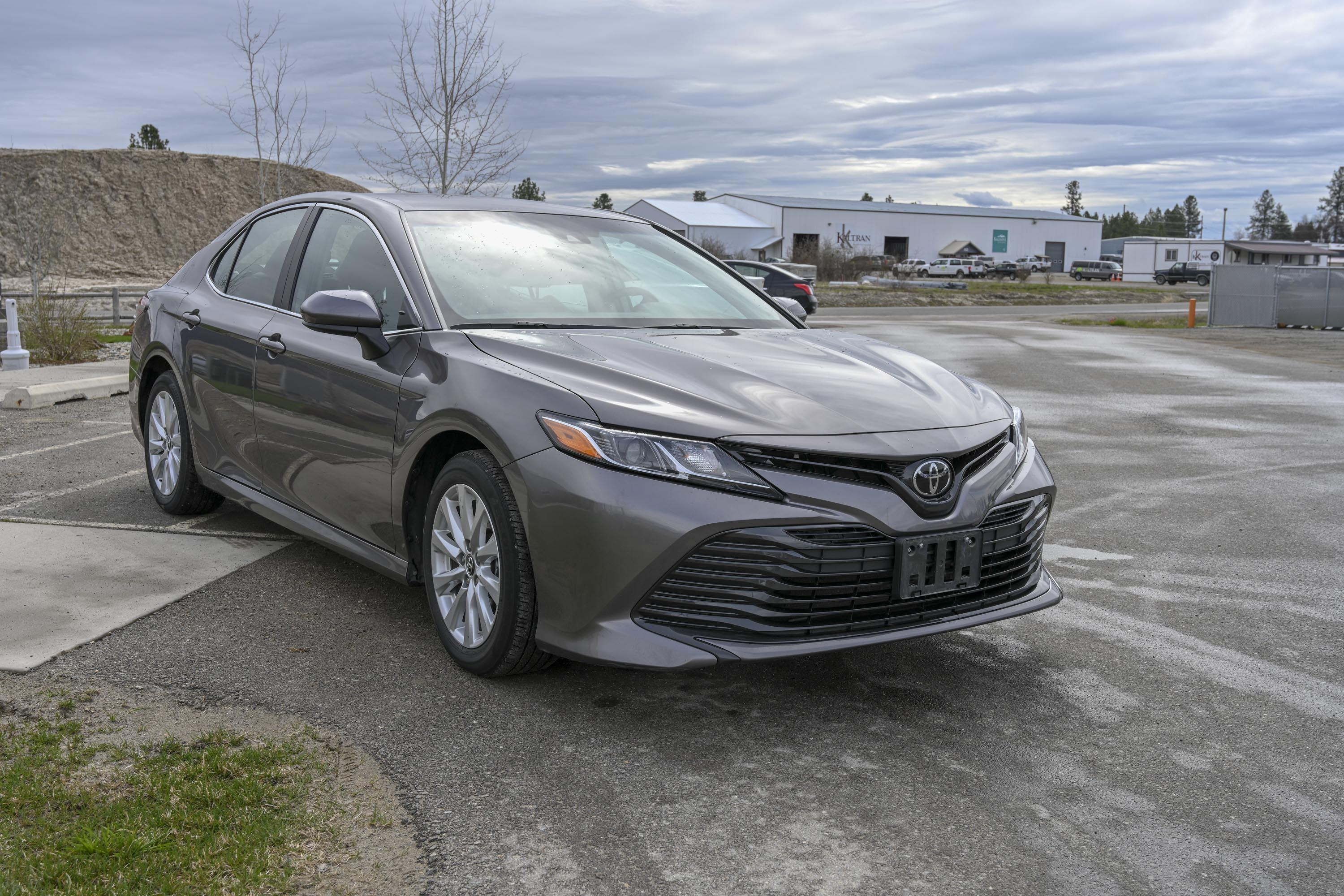 18 Toyota Camry Le 2